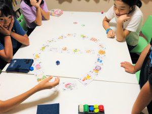 英語カルタで遊びを通して英語の土台を作る