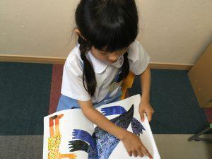 絵本付属CDを使った「聞き読み」で、子ども自身が声に出して英語の絵本を読んでいきます