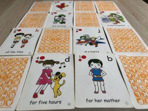64枚の絵カードと64枚の英文カード。遊びを通して英文を丸ごと吸収する子どもたちの力を最大限に引き出します。